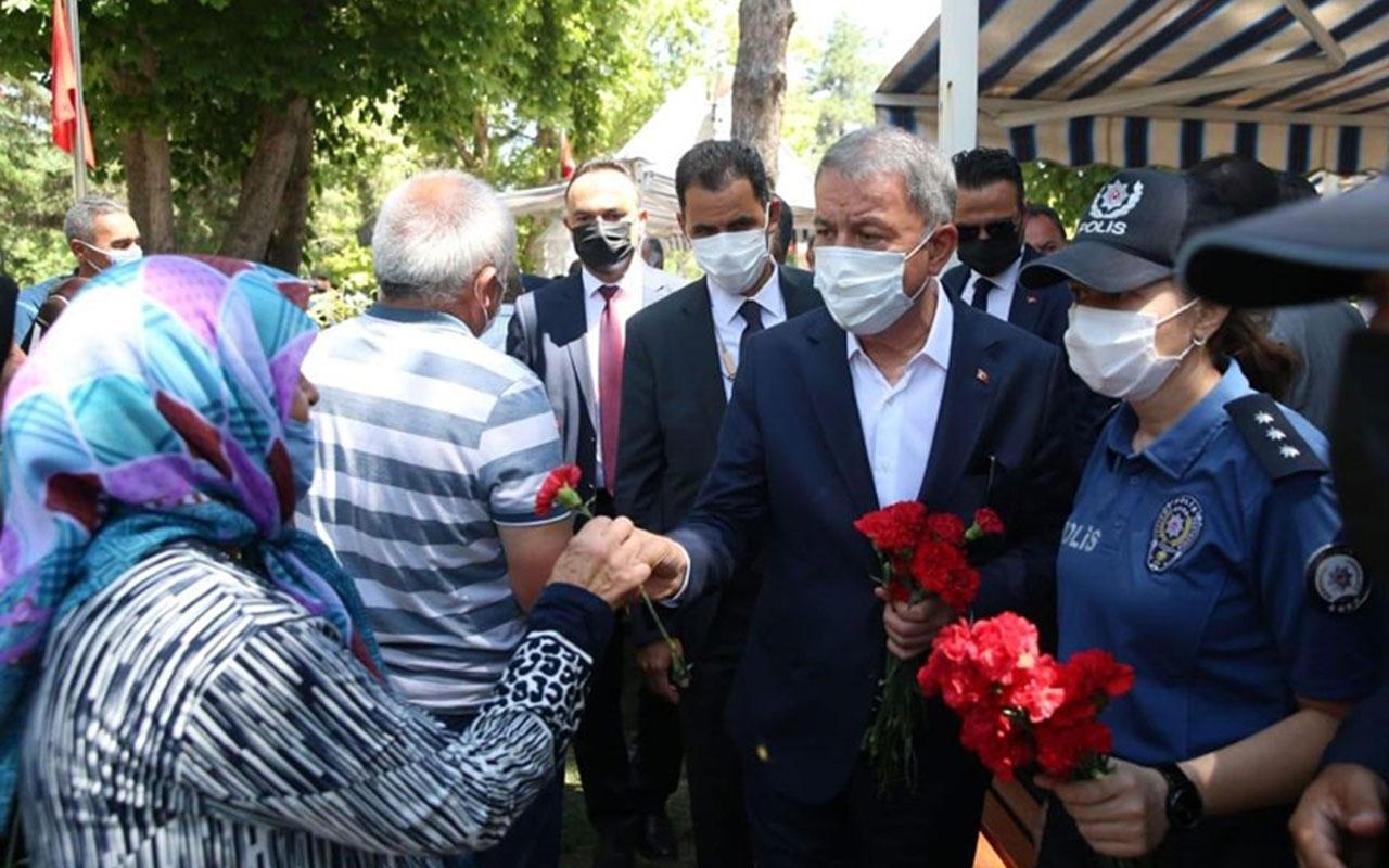 Bakan Akar, Kayseri'de şehitlikleri ziyaret etti