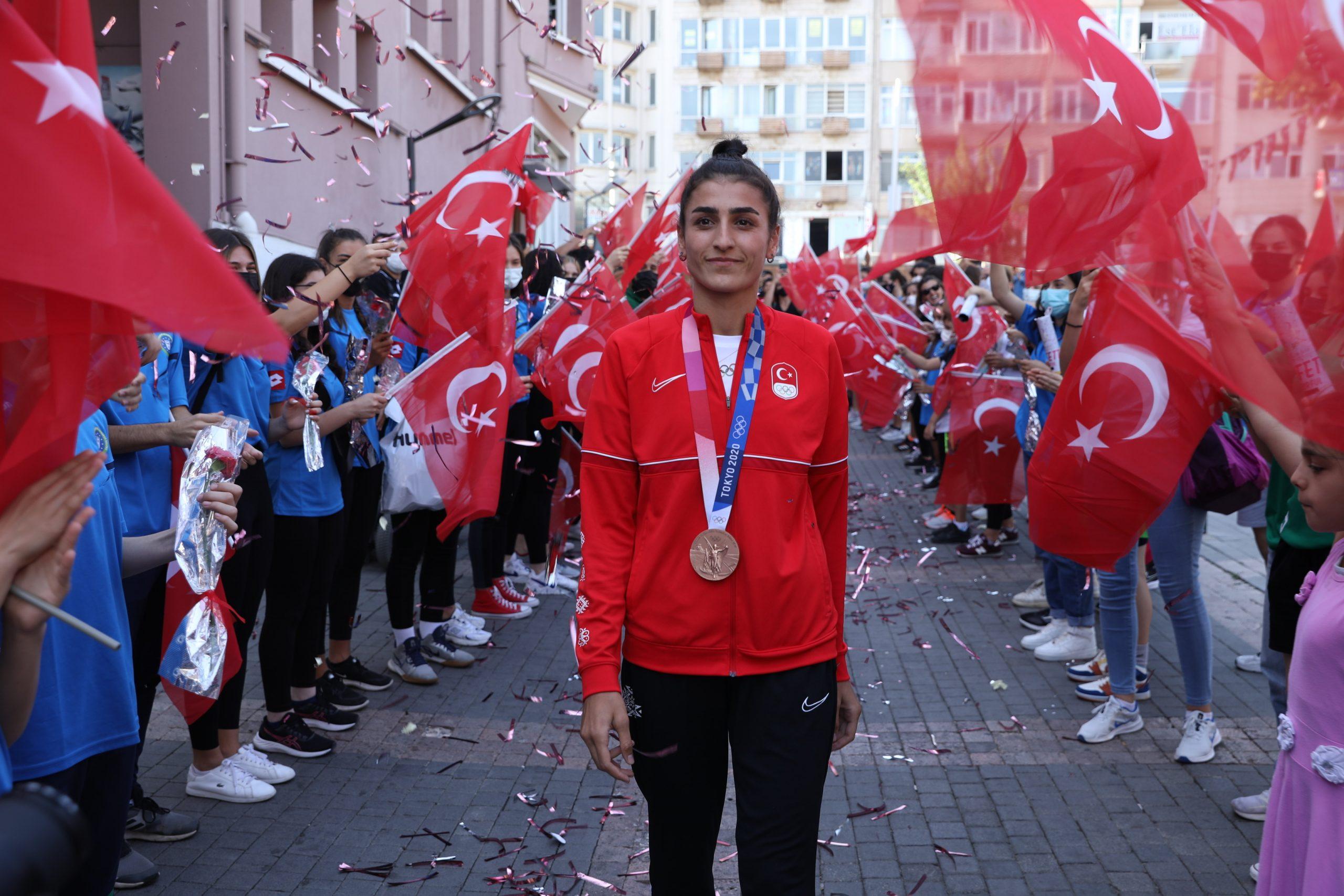 Olimpiyatlarda tarih yazan İlgün Bursa'da da coşkuyla karşılandı